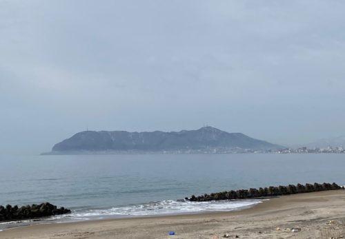 湯の川地方 砂浜から見る函館山